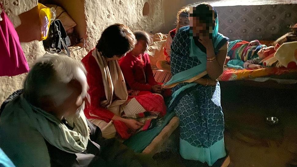 ഉന്നാവോ കൂട്ടബലാത്സംഗം: പെണ്കുട്ടിയുടെ വീട് സന്ദര്ശിച്ച് പ്രിയങ്ക ഗാന്ധി!