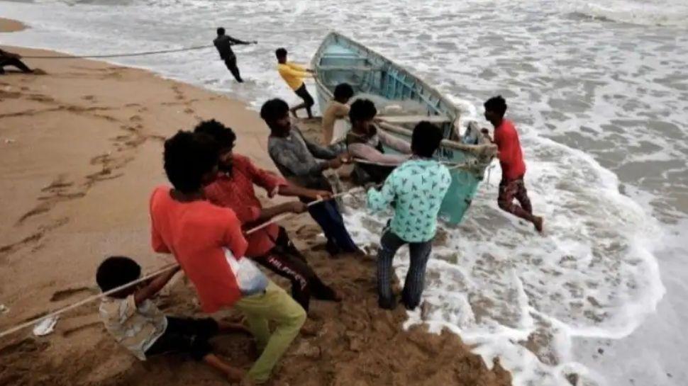 Cyclone Tauktae ഗുജറാത്തിൽ തീരം തൊട്ടു, ഗുജറാത്തിൽ മണിടിച്ചിലുകൾ റിപ്പോർട്ട് ചെയ്യുന്നു