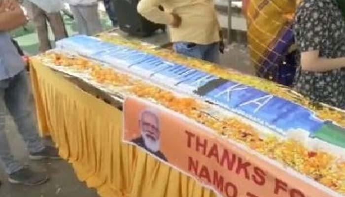 PM Modi turns 71 today: 71 അടി നീളമുള്ള സിറിഞ്ച് ആകൃതിയിലുള്ള കേക്ക് മുറിച്ച് ആഘോഷിച്ച്  BJP പ്രവര്ത്തകര്