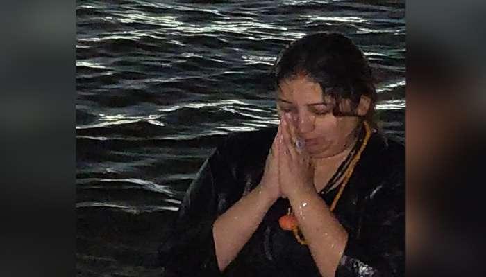 കുംഭമേള 2019: ത്രിവേണി സംഗമത്തില് പുണ്യസ്നാനം നടത്തി സ്മൃതി ഇറാനി