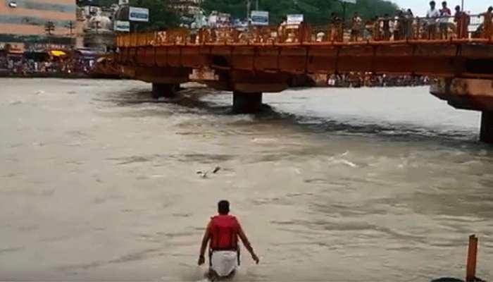 viral video: ഗംഗയില് ഒഴുക്കില്പ്പെട്ട യുവാവിനെ രക്ഷിച്ച് പൊലീസുകാരന്!