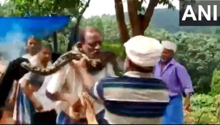Viral Video: തൊഴിലാളിയുടെ കഴുത്തില് പെരുമ്പാമ്പ് ചുറ്റി, ഒടുവില്..